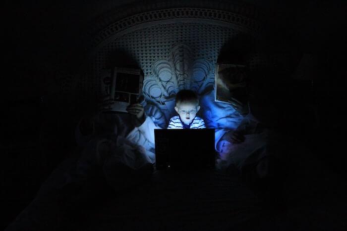 besser schlafen Tipps Smartphone blaues künstliches Licht vermeiden